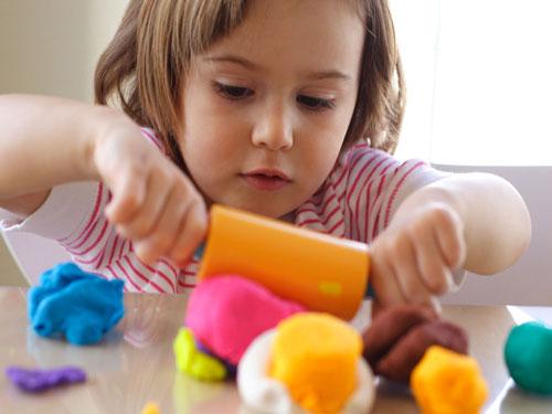 پرستار کودک در منزل | کودک مبتلا به اوتیسم ساعت ها با یک وسیله سرگرم می شود