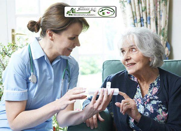 مراقبت و قرص دادن به سالمند خانم سالم