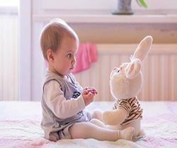 مراقبت از نوزاد دختر 10 ماهه، و پسر 8 ساله ، شهید عراقی